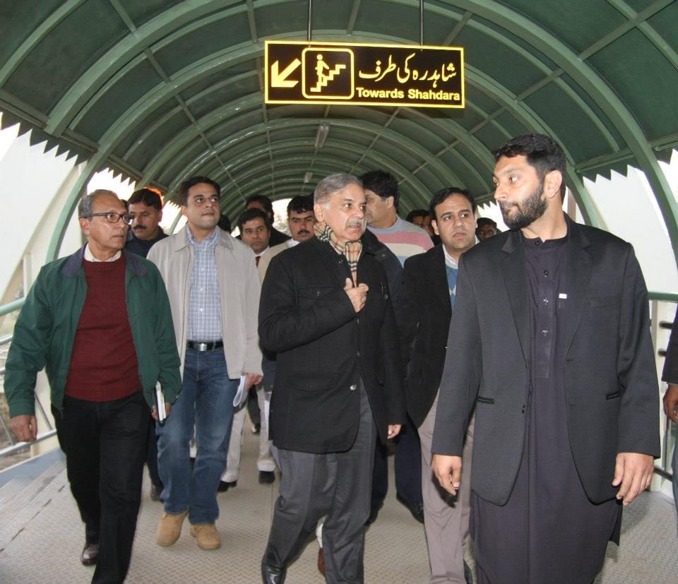 Metro-Bus-System-Lahore-Shahbaz-Sharif-on-Plateform