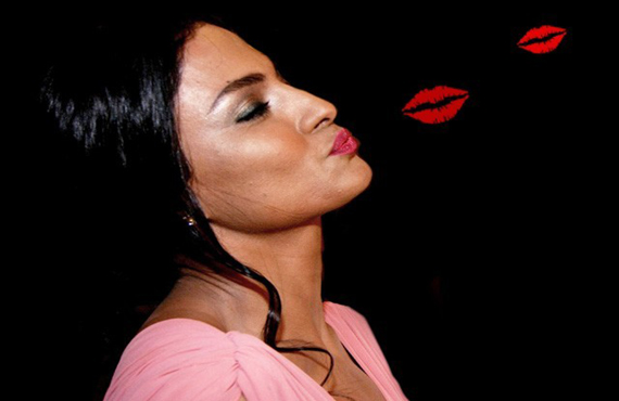 veena malik kisses