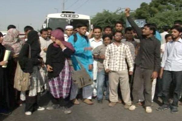 NED University Student robbed in bus in Karachi