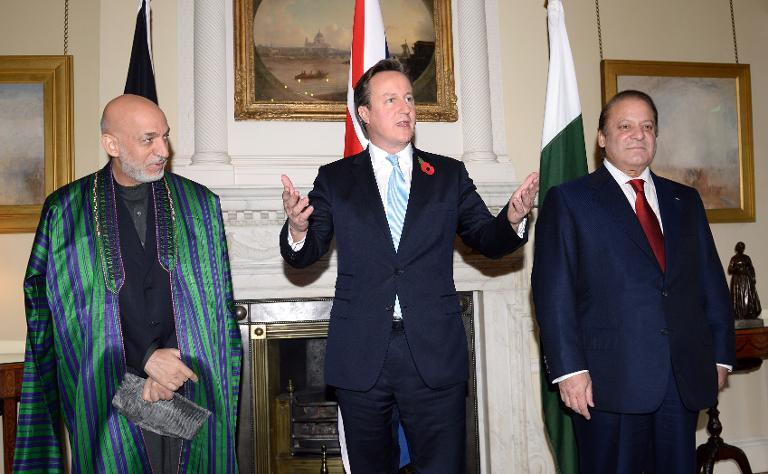 British Prime Minister David Cameron (C), Afghan President Hamid Karzai (L) and Pakistani Premier Nawaz Sharif pose for a picture ahead of a trilateral meeting in Downing Street in London on October 29, 2013 (AFP Photo/Andy Rain)