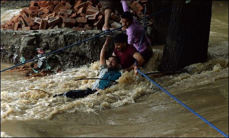 Kashmiris make voluntary efforts for flood victims
